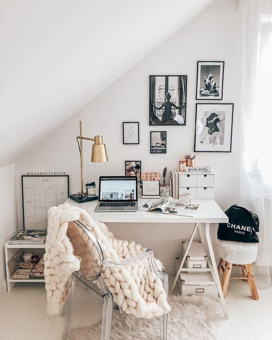 home office decorado com uma manta